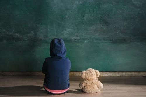 child-and-teddy-bear